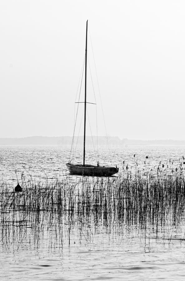 Segelboot im Lacanau See stockbilder