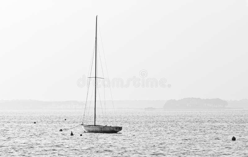 Segelboot im Lacanau See lizenzfreies stockfoto