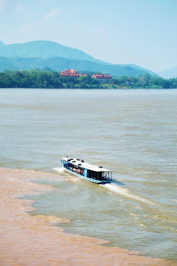 Segelboot im Mekong Segelschiff im zwei Farbfluß mit Berg und blauem Himmel am goldenen Dreieck, Chiang Saen, Chiang R stockbild