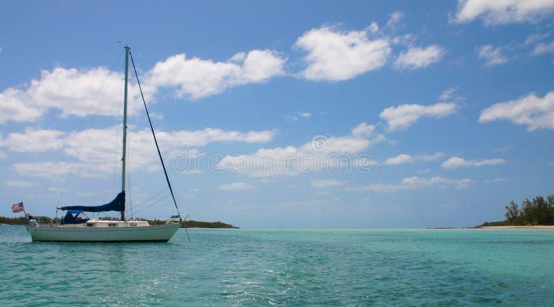 Segelboot im Paradies stockfotografie