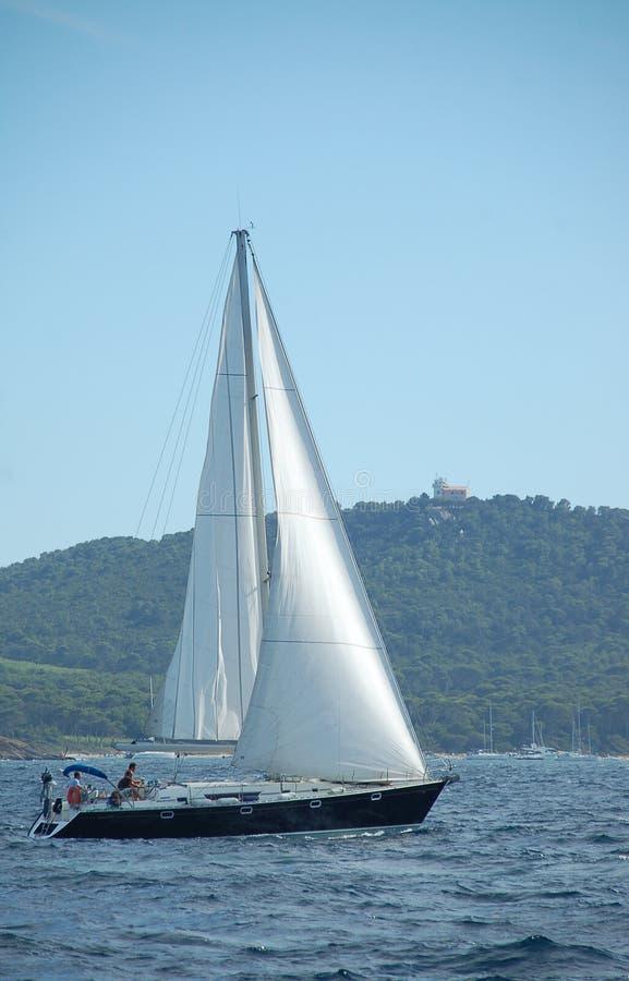 Segelboot im Süden von Frankreich lizenzfreie stockfotos