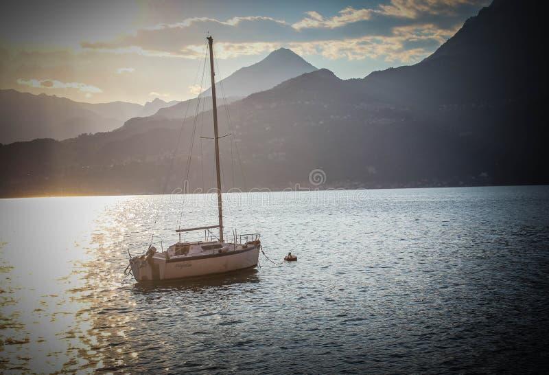 Segelboot im See Como Italien lizenzfreies stockbild