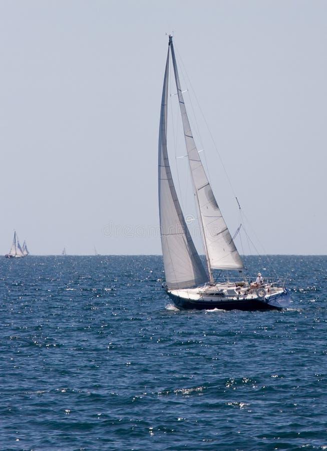 Segelboot-Kreuzen stockbild