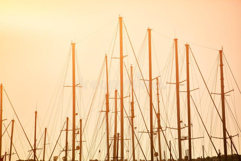 Segelboot-Maste bei Sonnenuntergang stockbild