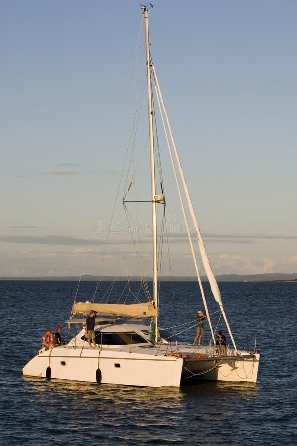 Segelboot in Meer lizenzfreie stockfotos