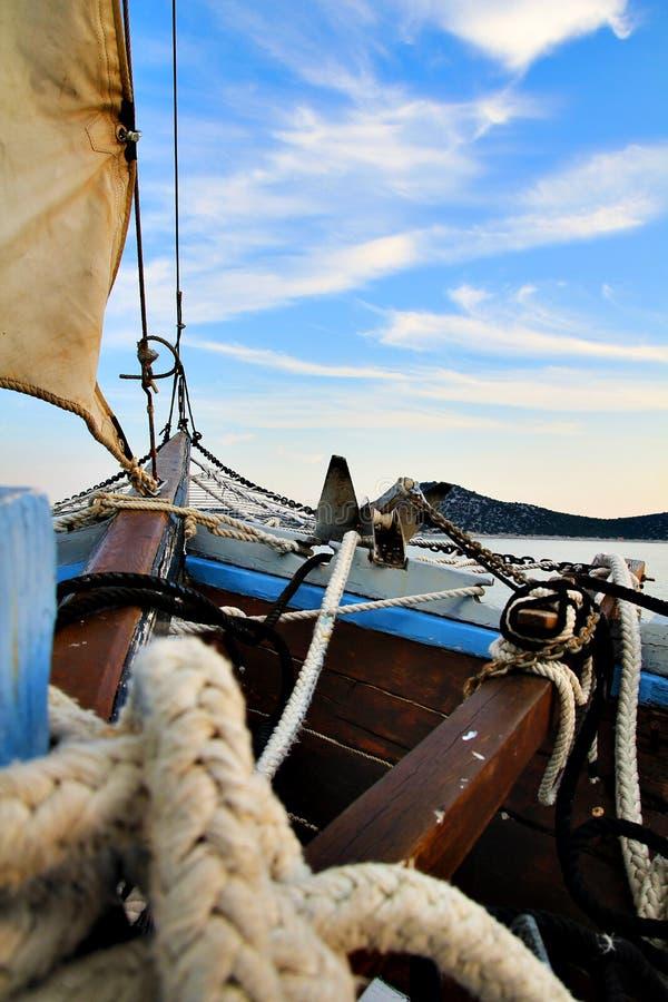 Segelboot mit den enormen Seilen, die in Kroatien und im blauen Himmel gleiten lizenzfreie stockbilder