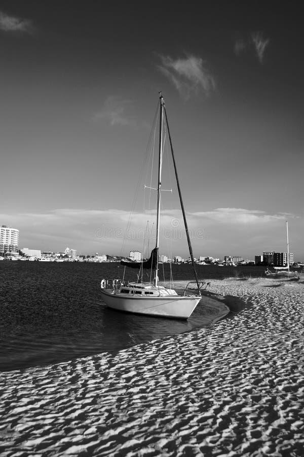 Segelboot in Schwarzweiss lizenzfreie stockbilder