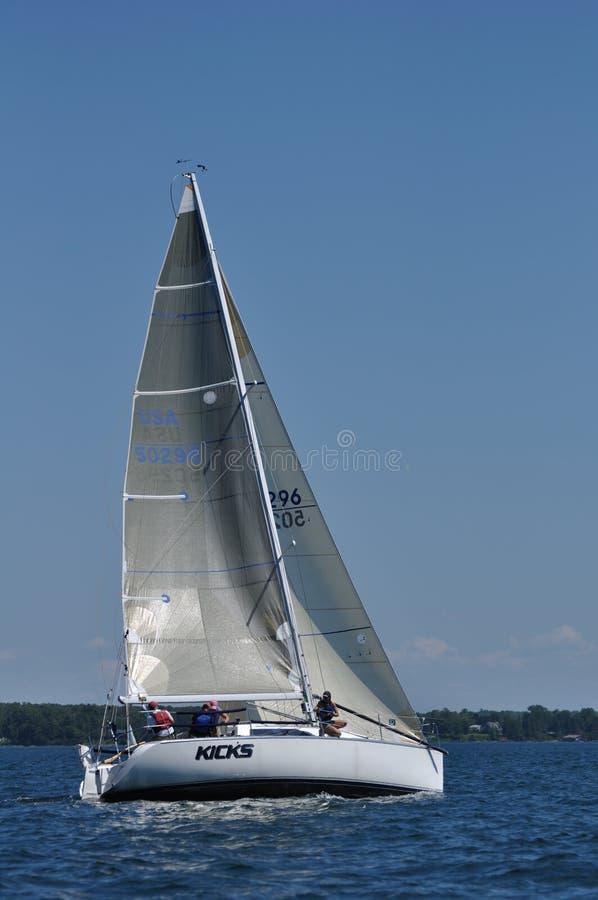 Segelboot-Segeln an einem Sommer-Tag lizenzfreies stockbild