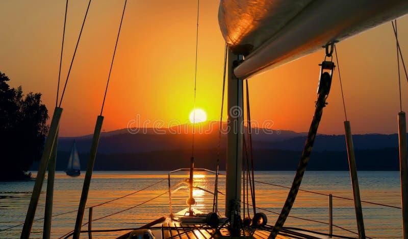 Segelboot-Sonnenuntergang stockbilder