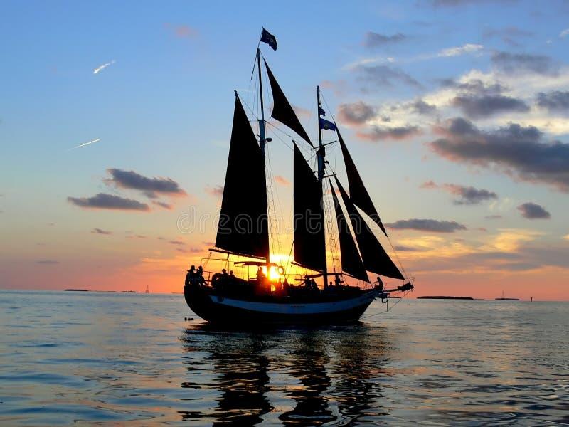 Segelboot-Sonnenuntergang bei Key West lizenzfreie stockbilder