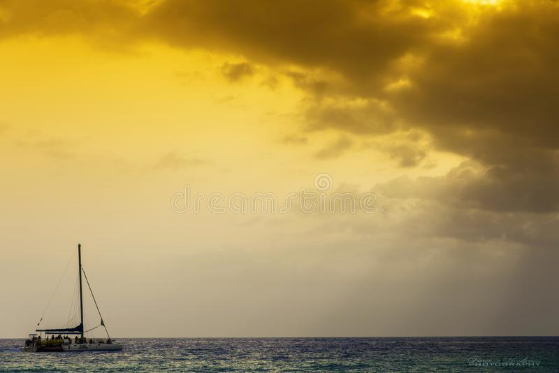 Segelboot-Sonnenuntergang in Negril Jamaika stockfotografie