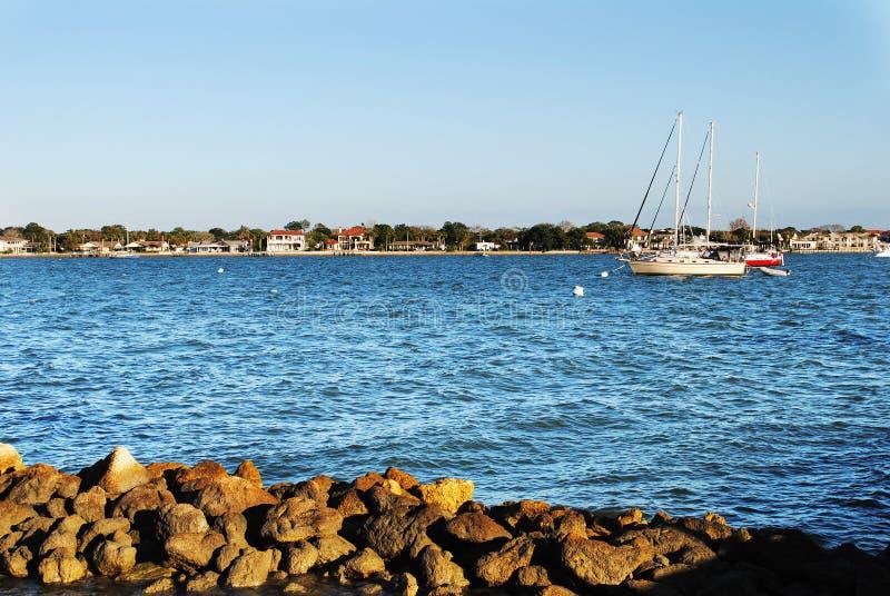 Segelboot in St Augustine lizenzfreie stockbilder