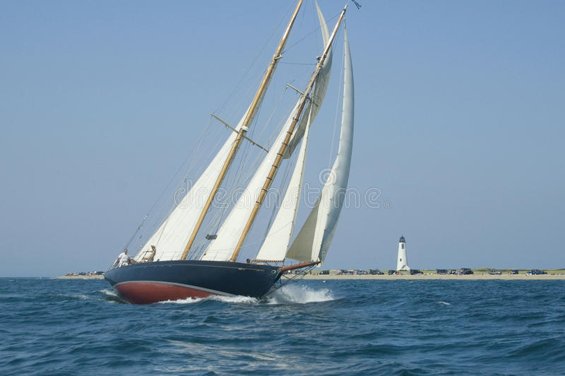 Segelboot und Leuchtturm stockbild