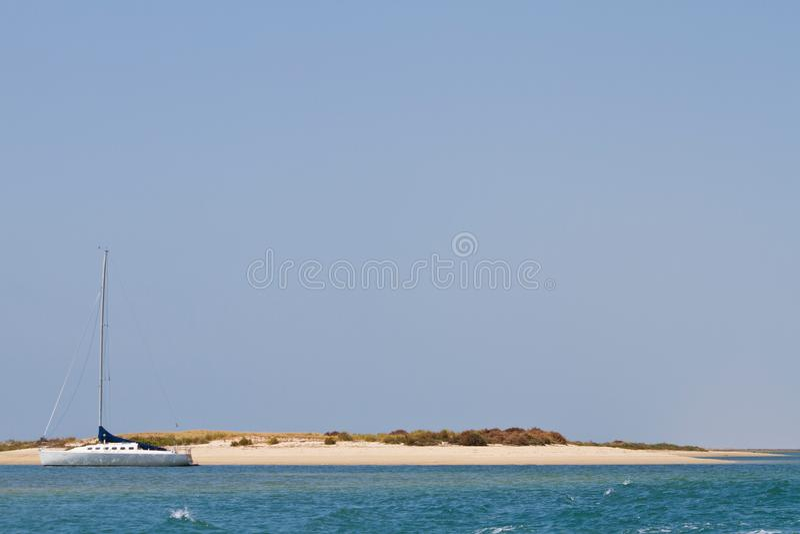 Segelboot und verlassene Insel stockfotografie