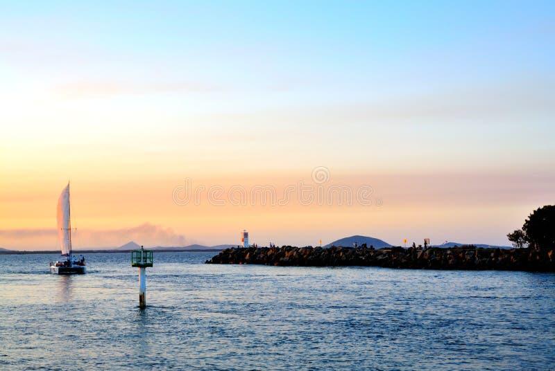 Segelbootdämmerung lizenzfreie stockbilder