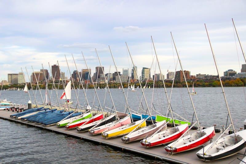Segelboote angekoppelt Regatta auf dem Fluss Gebäude auf anderer Seite stockfotografie