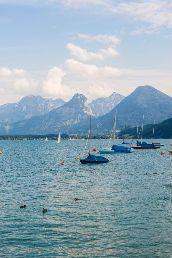 Segelboote auf alpinem See Wolfgangsee, Österreich stockfoto