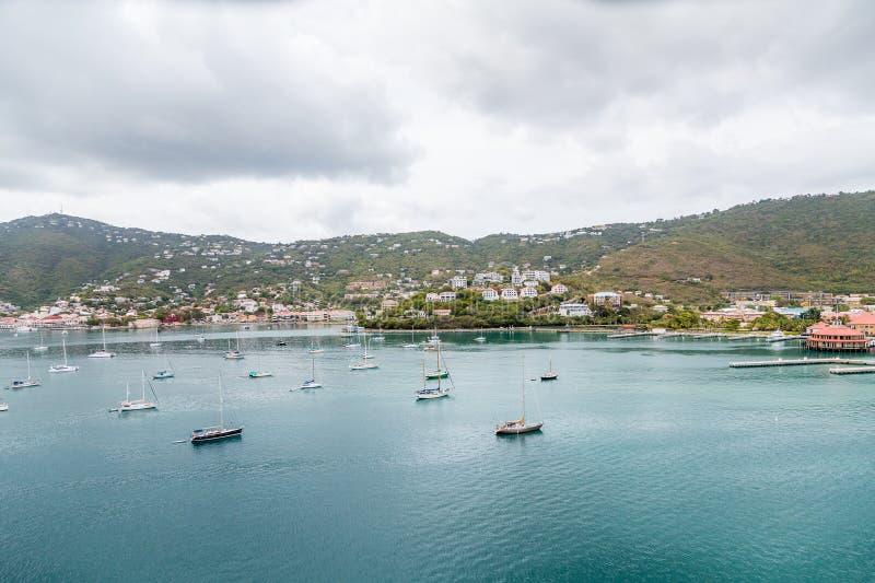Segelboote auf Aqua Water stockfotos
