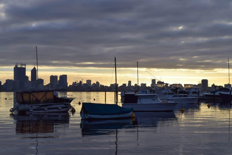 Segelboote auf australischem Küstenvorland stockbild