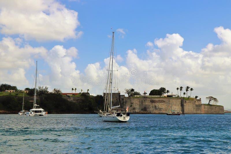 Segelboote auf dem Ozean mit einem schönen blauen Himmel und geschwollenen weißen einem Wolkenhintergrund stockfotos