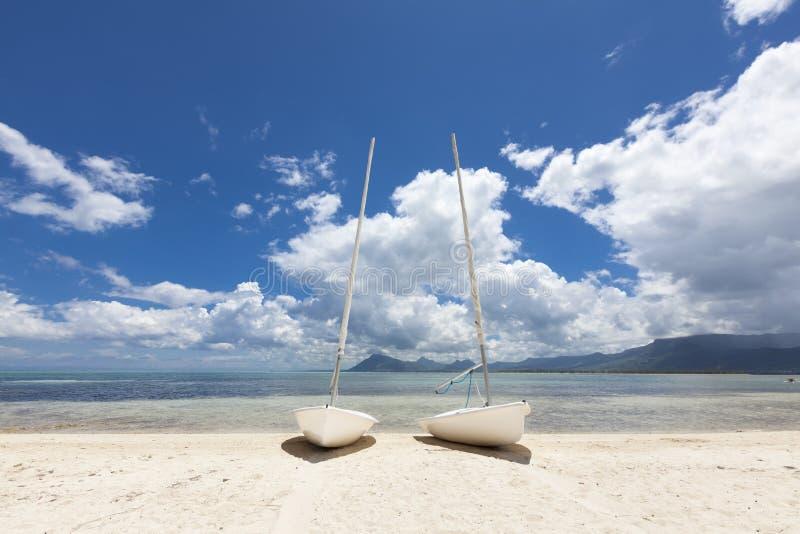 Segelboote auf dem Strand von einer Tropeninsel von Mauritius lizenzfreie stockfotografie
