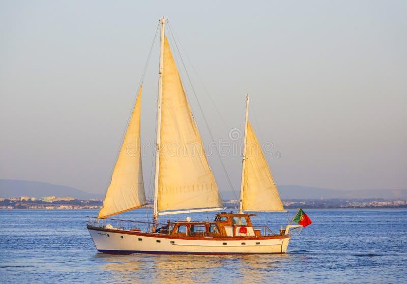 Lissabon Fluss segelboote auf dem tajo in lissabon fluss tejo stockbild bild