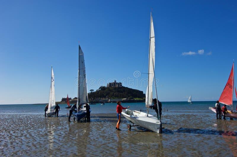 Segelboote auf dem Ufer nahe bei St. Michaels Mount lizenzfreie stockfotos