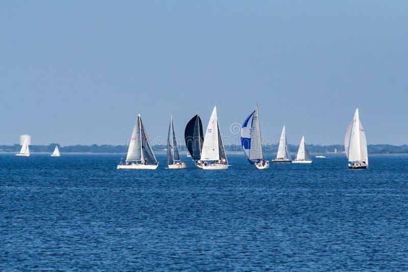 Segelboote auf der Raritan-Bucht in New-Jersey lizenzfreie stockfotografie