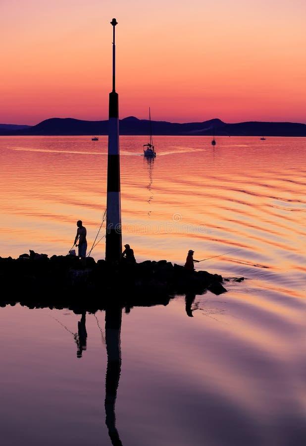 Segelboote auf Plattensee bei Sonnenuntergang stockfoto
