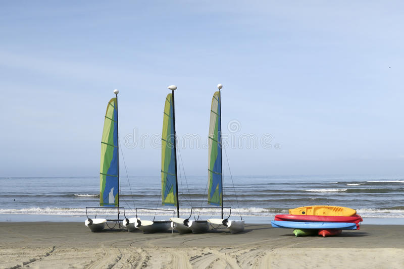 Segelboote auf sandigem Strand lizenzfreies stockbild