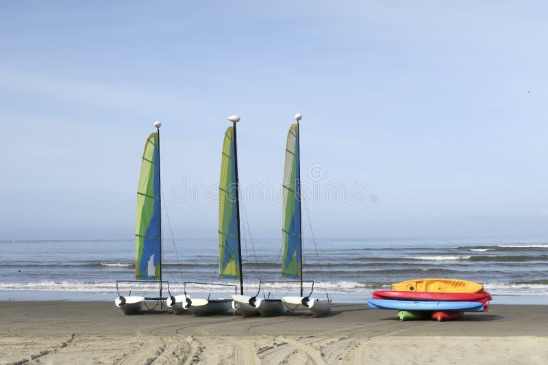 Segelboote auf sandigem Strand lizenzfreie stockfotos