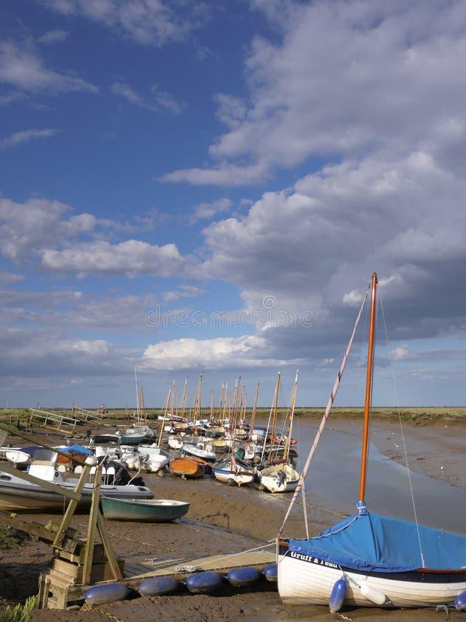 Segelboote bei Morston Quay Norfolk lizenzfreies stockbild