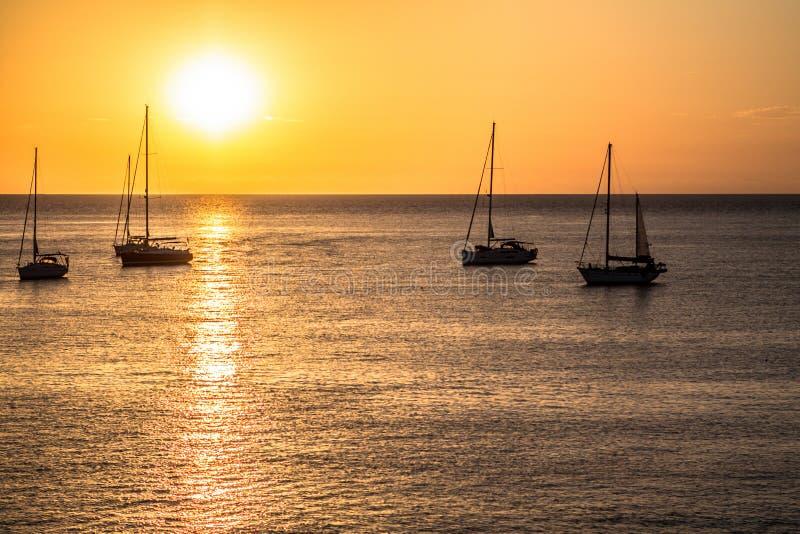 Segelboote bei Sonnenuntergang lizenzfreies stockbild