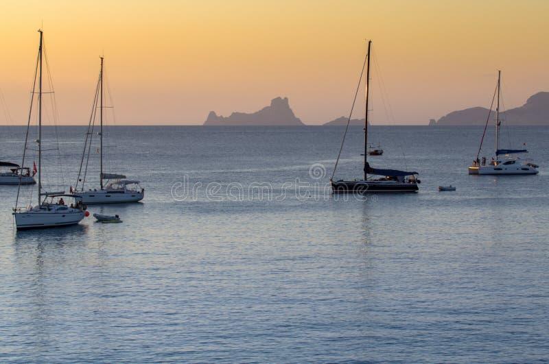 Segelboote bei Sonnenuntergang lizenzfreie stockbilder