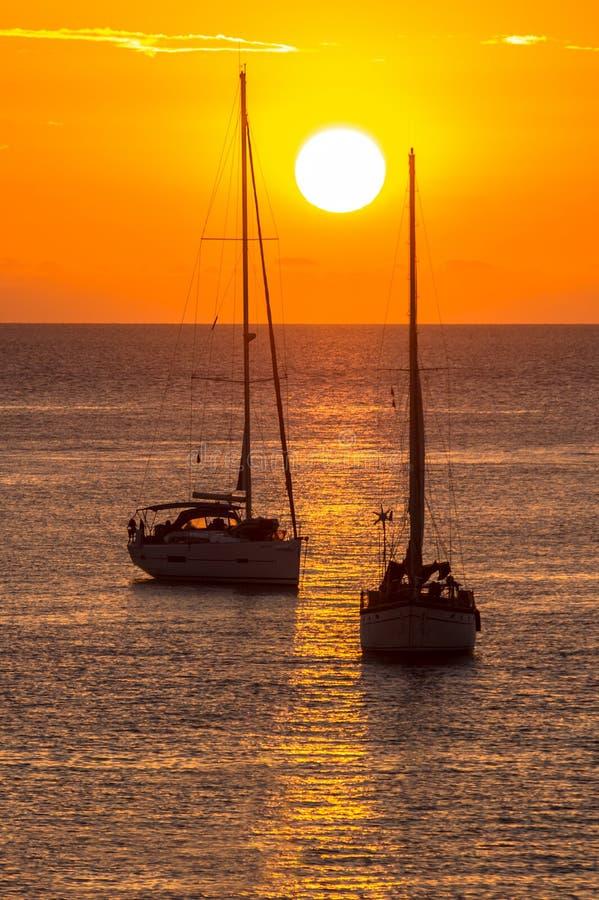Segelboote bei Sonnenuntergang stockfoto