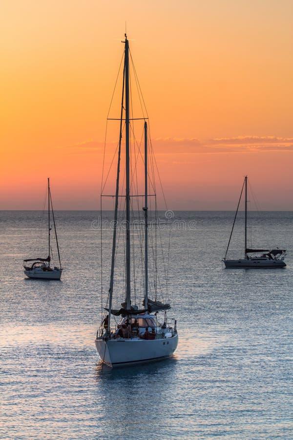 Segelboote bei Sonnenuntergang stockfotografie