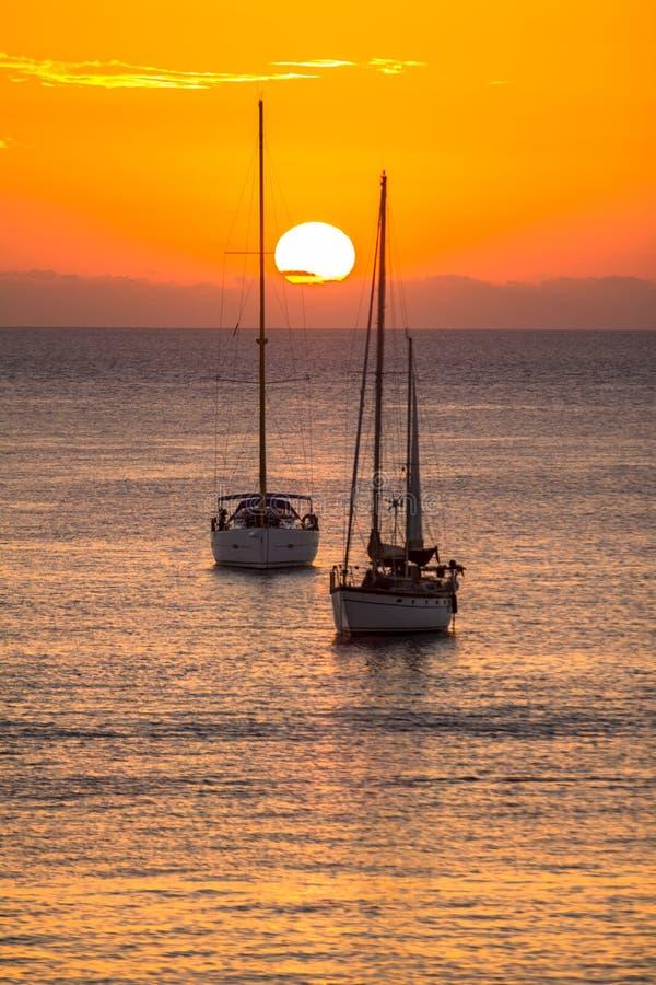 Segelboote bei Sonnenuntergang lizenzfreie stockfotos