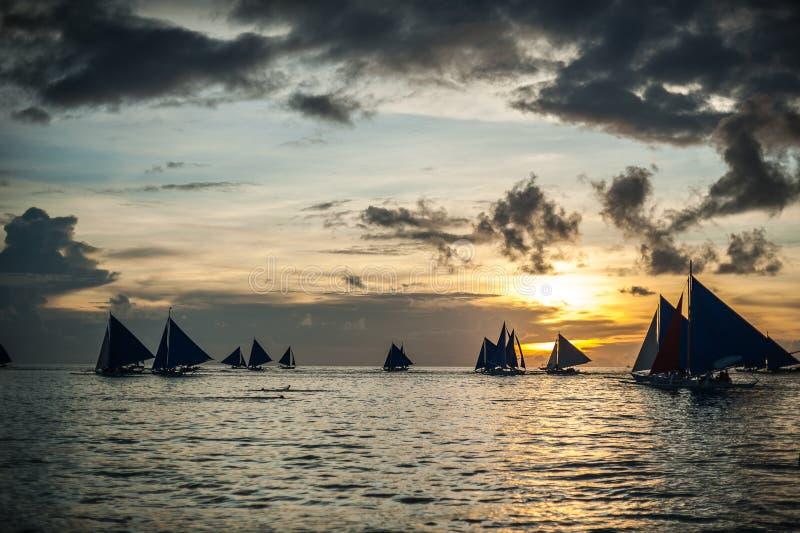 Segelboote bei Sonnenuntergang, Boracay-Insel lizenzfreie stockfotografie
