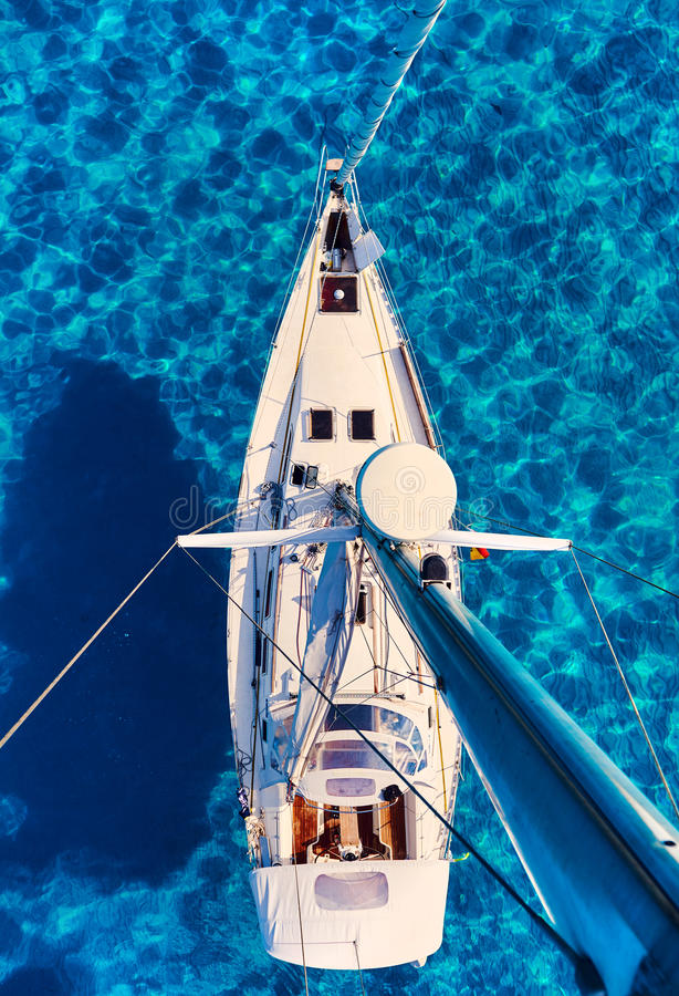 Segelboote an Bucht Calas Saona lizenzfreie stockbilder