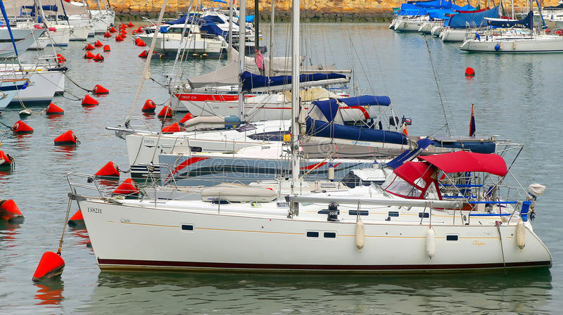 Segelboote an den Docks lizenzfreie stockbilder