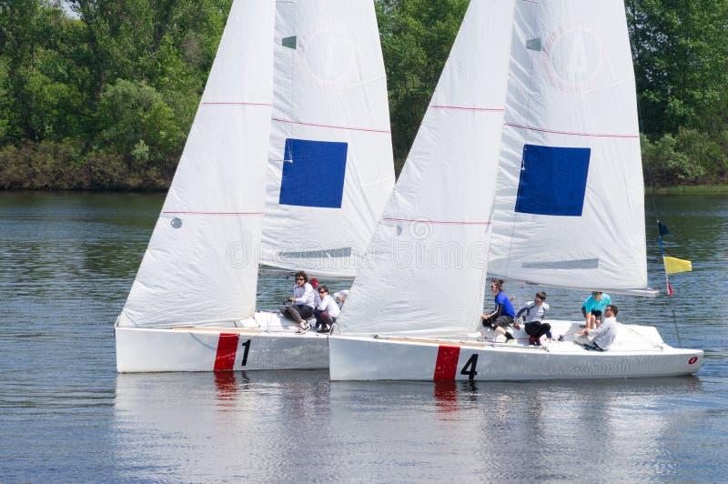 Segelboote an der Regatta lizenzfreie stockfotografie