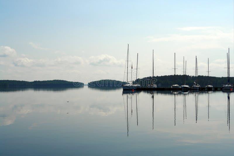 Segelboote, die in blauen See im Sommer schwimmen stockfoto