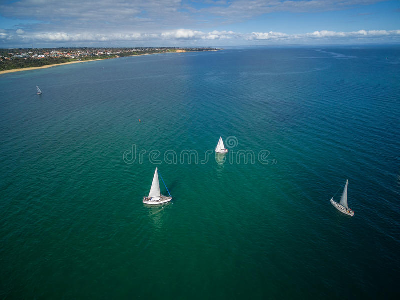Segelboote, die in Mornington-Halbinsel-Antennenbild segeln stockfoto