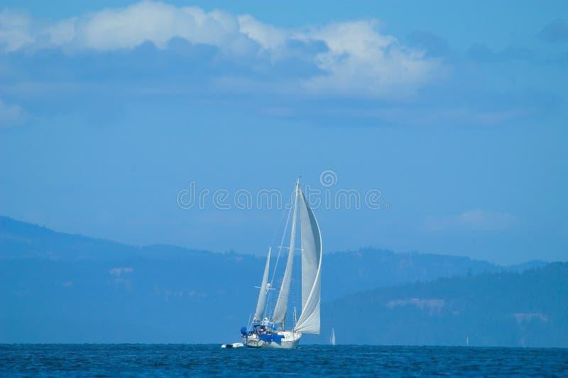 Segelboote, die in Straights von Juan Defuca erreichen stockfoto