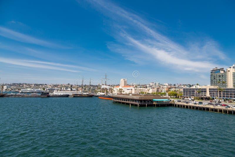 Segelboote durch Meeresfrüchte-Restaurant stockfoto
