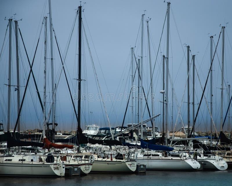 Segelboote in einem Jachthafen mit einem Sturm, der herein auf Michigansee rollt lizenzfreies stockfoto