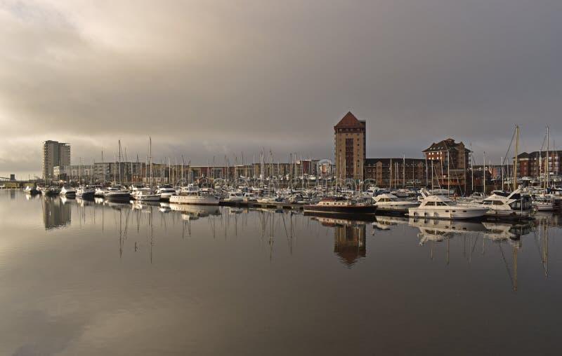 Segelboote festgemacht auf dem Fluss Tawe am Swansea-Jachthafen stockbild
