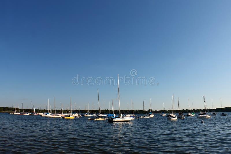 Segelboote festgemacht auf See Calhoun stockbild