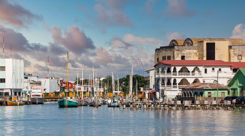 Segelboote im farbenfrohen Hafen von Belize stockfotografie