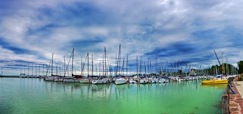 Segelboote im Hafen lizenzfreie stockfotos